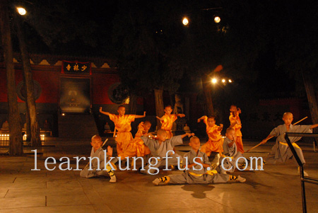 Perform kung fu at the gate of Shaolin temple